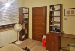 zdjęcie prezentuje jedno z komfortowo urządzonych pomieszczeń w apartamencie w Szczecinie na wynajem