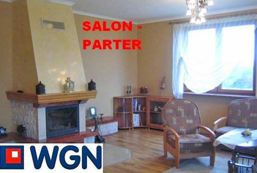 zdjęcie przedstawia salon z kominkiem w luksusowej willi do sprzedaży w okolicy Katowic