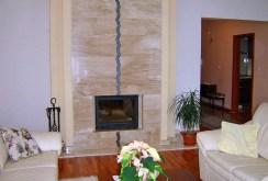 zdjęcie prezentuje kominek w salonie ekskluzywnej willi do sprzedaży we Wrocławiu