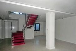 zdjęcie prezentuje kondygnację 0 i schody na kondygnację 1 w luksusowej willi do sprzedaży we Wrocławiu