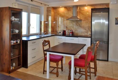 widok na jadalnię i aneks kuchenny w apartamencie do wynajęcia w okolicy Wrocławia