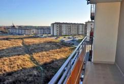 na zdjęciu taras oraz widok na osiedle, jakie roztacza się z apartamentu do wynajmu w okolicy Wrocławia