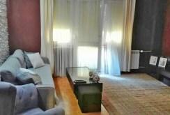 widok z innej perspektywy na salon w apartamencie w Piotrkowie Trybunalskim do sprzedaży