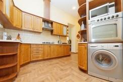 na zdjęciu nowocześnie zaaranżowana kuchnia w apartamencie do sprzedaży w Tarnowie