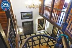 zdjęcie prezentuje widok z górnego poziomu na dolny luksusowej willi na sprzedaż na Mazurach