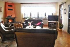 zdjęcie przedstawia salon z kominkiem w luksusowej willi do sprzedaży na Mazurach