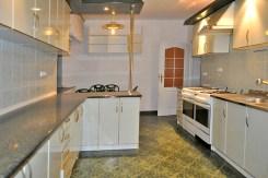 na zdjęciu ekskluzywnie urządzona kuchnia w willi w Częstochowie na sprzedaż