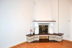 zdjęcie prezentuje kominek w salonie ekskluzywnej willi do sprzedaży w Częstochowie