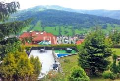 zdjęcie prezentuje widok na góry, jaki roztacza się z willi do sprzedaży w Szczyrku