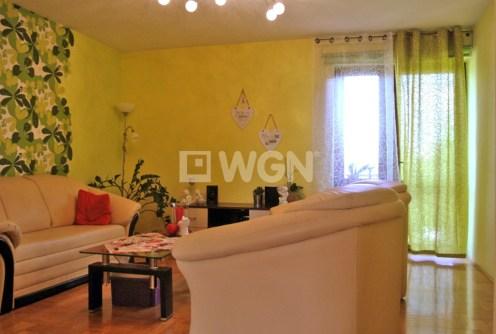 zdjęcie prezentuje salon w luksusowej willi do sprzedaży w okolicach Legnicy