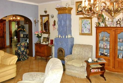 na zdjęciu salon z kominkiem w luksusowej willi na sprzedaż w okolicy Świdnicy