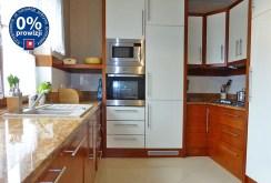 zdjęcie przedstawia nowocześnie urządzoną kuchnię w willi na sprzedaż w okolicy Malborka
