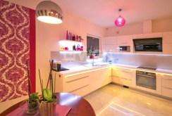 zdjęcie prezentuje elegancko i nowocześnie umeblowaną kuchnię w willi w okolicy Szczecina na sprzedaż