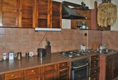 na zdjęciu komfortowo urządzona kuchnia w willi do sprzedaży w okolicy Warszawy