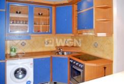widok na komfortowo urządzoną kuchnię w apartamencie do sprzedaży na Mazurach