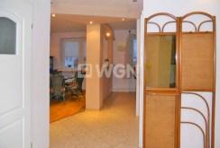 na zdjęciu widok z przedpokoju na poszczególne pokoje w luksusowym apartamencie na Mazurach do sprzedaży