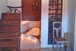 przedpokój oraz wejście do łazienki w apartamencie w Łodzi na sprzedaż