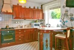 komfortowo umeblowany oraz wyposażony aneks kuchenny w apartamencie do sprzedaży w Częstochowie