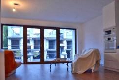 na zdjęciu widok z innej perspektywy na salon w apartamencie do sprzedaży w Lesznie