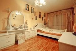 na zdjęciu luksusowa sypialnia w apartamencie w Lubinie do sprzedaży