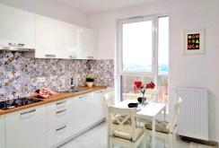 zdjęcie prezentuje komfortowo wyposażoną kuchnię w apartamencie do sprzedaży w Olsztynie