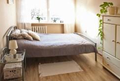 zdjęcie przedstawia komfortową sypialnię w apartamencie w Szczecinie do sprzedaży