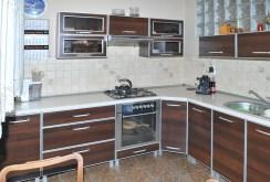 zdjęcie przedstawia komfortowo urządzoną kuchnię w apartamencie w Szczecinie