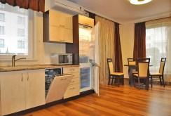 na pierwszym planie aneks kuchenny w apartamencie w Toruniu do sprzedaży