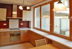 zdjęcie prezentuje komfortową kuchnię w apartamencie na sprzedaż w Warszawie