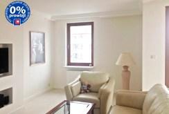 zdjęcie prezentuje jeden z ekskluzywnych pokoi w apartamencie do sprzedaży w Warszawie