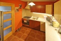 na zdjęciu wyposażona kuchnia w apartamencie w okolicach Szczecina do sprzedaży