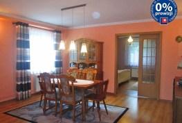 zdjęcie przedstawia jadalnię znajdującą się w ekskluzywnym apartamencie na sprzedaż w okolicy Legnicy