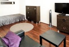 widok na inny fragment luksusowego salonu w ekskluzywnym apartamencie w Katowicach do wynajęcia