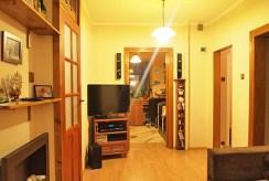 Zdjęcie prezentuje przedpokój i rozkład pomieszczeń w apartamencie w-Szczecinie na sprzedaż