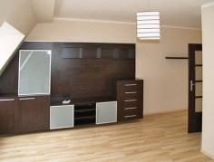 widok z salonu na aneks kuchenny w apartamencie na wynajem w Szczecinie