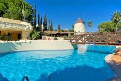 na zdjęciu basen oraz most przy ekskluzywnej willi w Hiszpanii do wynajęcia