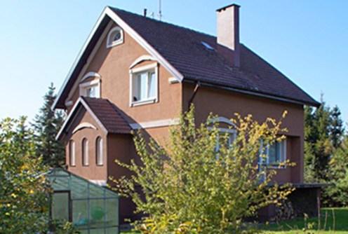 widok od strony ogrodu na luksusową willę do wynajmu w Słupsku
