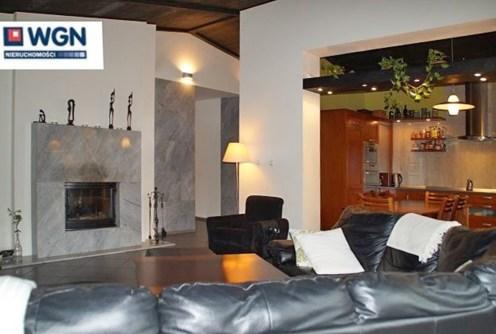 zdjęcie przedstawia salon z kominkiem w luksusowej willi na wynajem w Słupsku