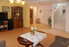 zdjęcie przedstawia salon w ekskluzywnej willi do wynajęcia w okolicy Piotrkowa Trybunalskiego