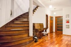 na zdjęciu luksusowe wnętrze oraz schody na górny poziom w luksusowej willi do sprzedaży we Wrocławiu