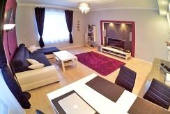 luksusowy salon ze sprzętem rtv w nowoczesnym apartamencie do sprzedaży w Inowrocławiu