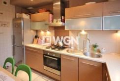 widok na komfortowo i nowocześnie urządzoną kuchnię w apartamencie do sprzedaży w Szczecinie