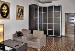 widok z innej perspektywy na salon w apartamencie we Wrocławiu do sprzedaży