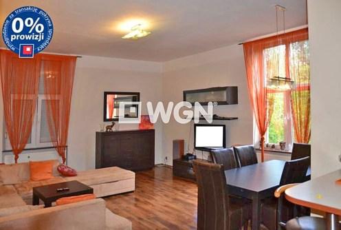 na zdjęciu ekskluzywny salon w luksusowym apartamencie do sprzedaży w Legnicy