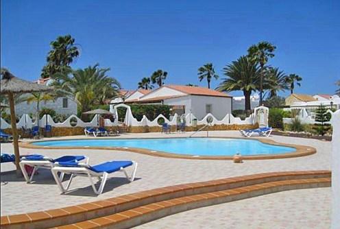 na zdjęciu widok na basen, jaki roztacza się z apartamentu do sprzedaży w Hiszpanii