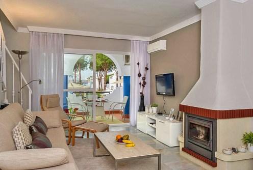 zdjęcie prezentuje ekskluzywne wnętrze salonu w apartamencie do sprzedaży w Hiszpanii