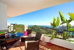 zdjęcie prezentuje taras przy apartamencie w Hiszpanii na sprzedaż