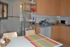 widok na kuchnię oraz jadalnię w luksusowym apartamencie do sprzedaży w Hiszpanii