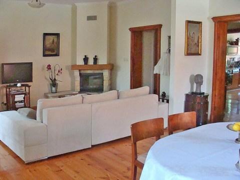 na zdjęciu salon z kominkiem w luksusowym apartamencie do sprzedaży w Legnicy