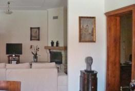 widok z innej perspektywy na salon w apartamencie na sprzedaż w Legnicy